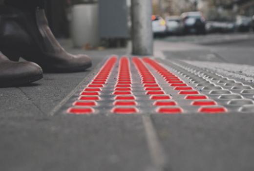 Svjetla u trotoarima za sigurnost pješaka opsjednutih mobitelima